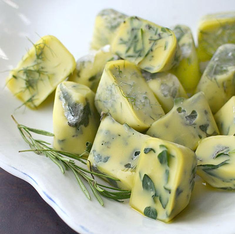 14. Свежие травы можно хранить в морозильнике замороженными в оливковом масле. Травы пропитают масло