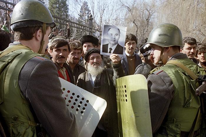 В начале 1990 года русская община в Таджикистане насчитывала более 430 тысяч человек без учета русск