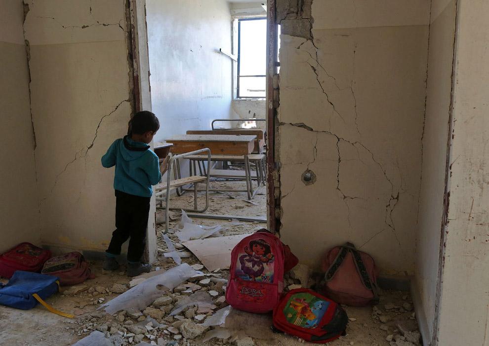 10. Урок в школе в Дамаске, 16 сентября 2017. Света нет, но он пробивается через развороченное окно.