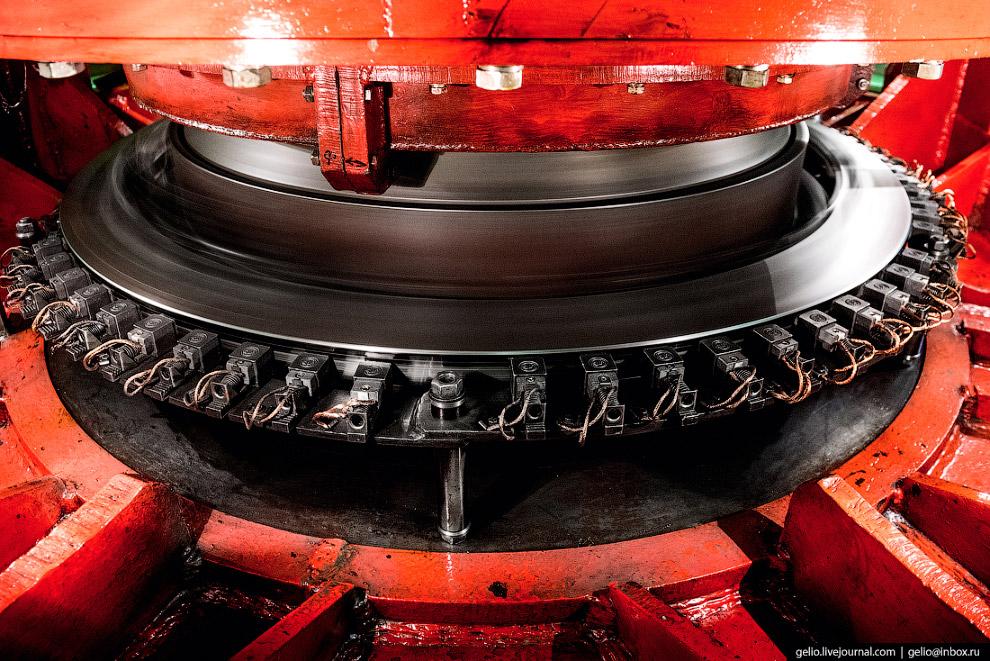 12. Вал турбины (она расположена уровнем ниже), передающий ее вращение ротору гидрогенератора (уровн