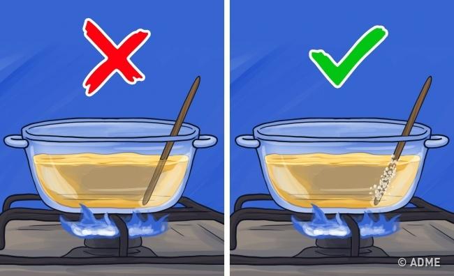 Чтобы узнать, достаточноли масло прогрелось для фритюра, опустите внего деревянную пало