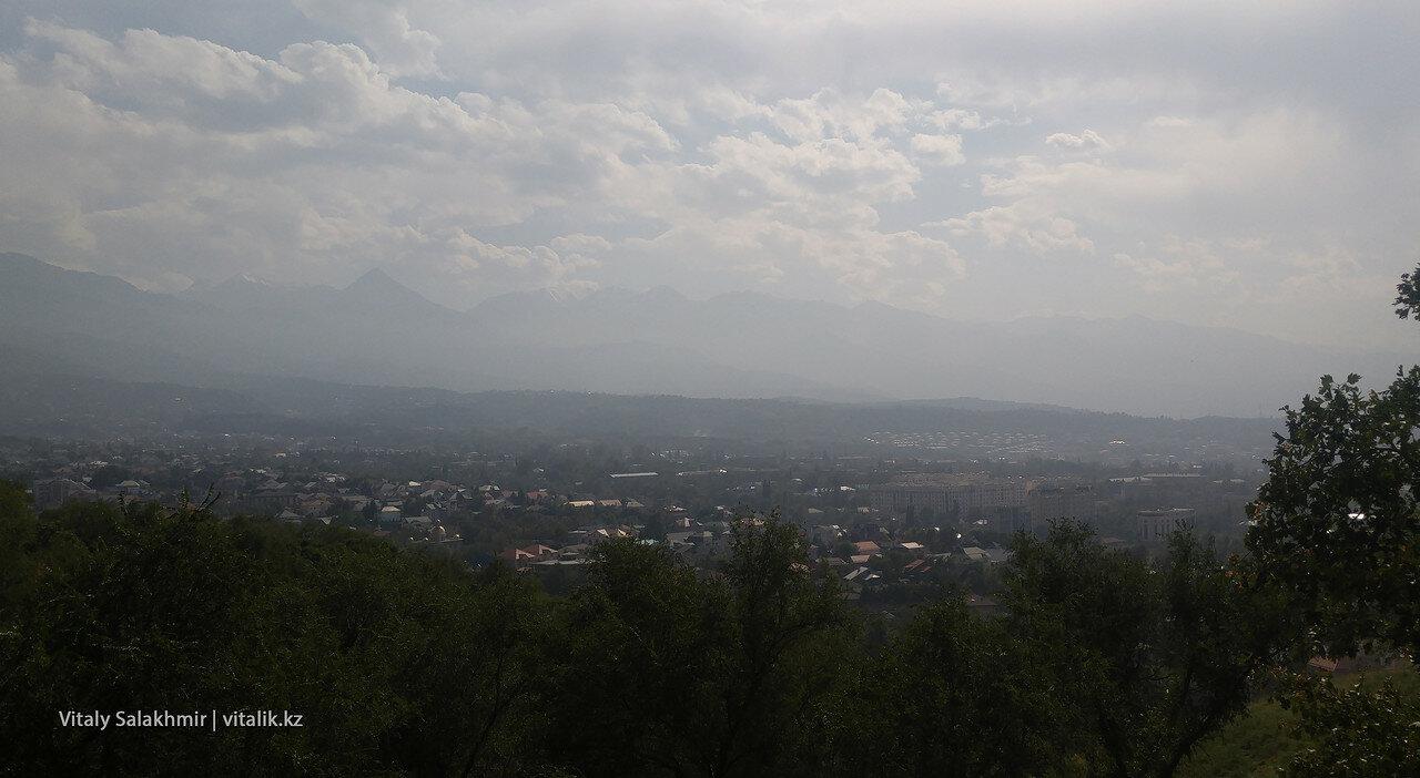 Горы в осенней дымке.