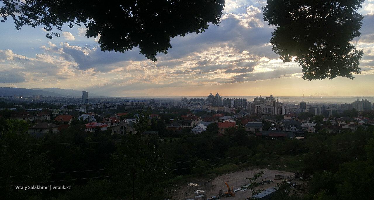Панорама верхней части Алматы. Стройка на переднем плане.