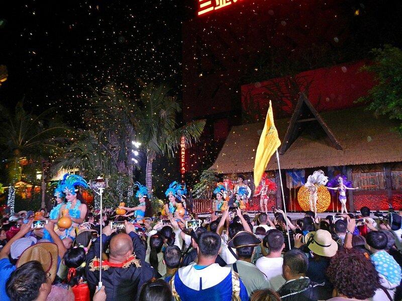 Танцоры на уличном представлении в Romance park (город Санья, остров Хайнань, Китай)