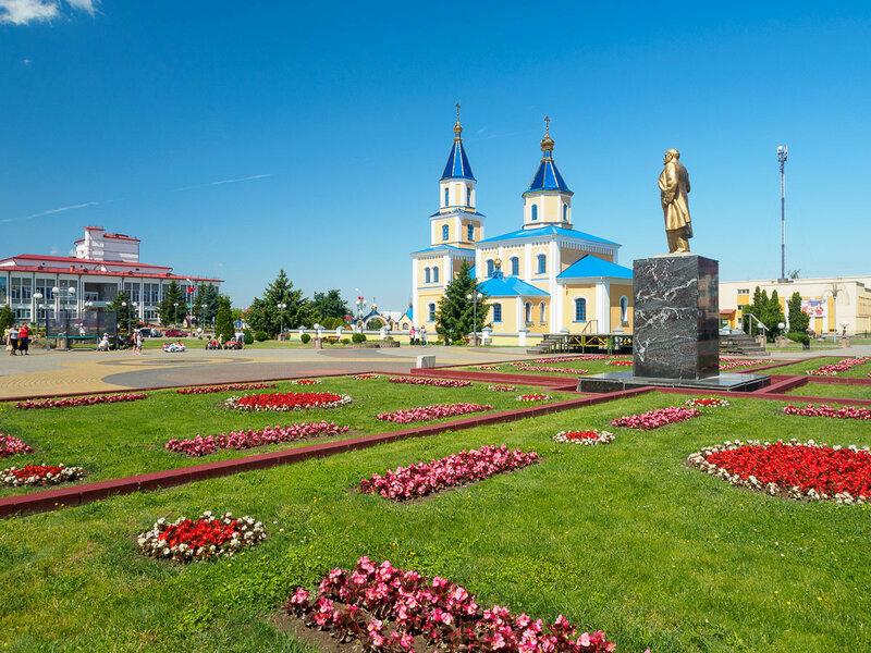 Центр Иваново. Клумбы, церковь, Ильич — всё как положено.