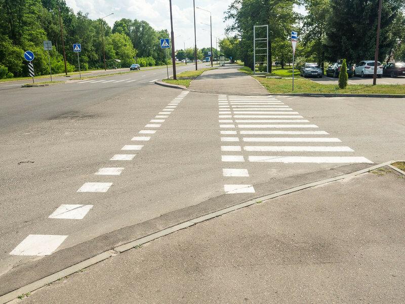 Первое впечатление о городе: пешеходные переходы продублированы велосипедными.