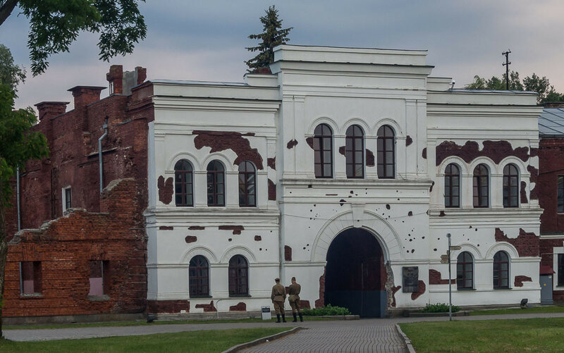 Солдаты перед Холмскими воротами.