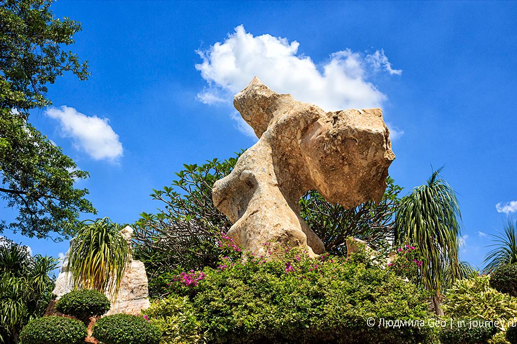 красота каменных фигур в парке миллионолетних камней