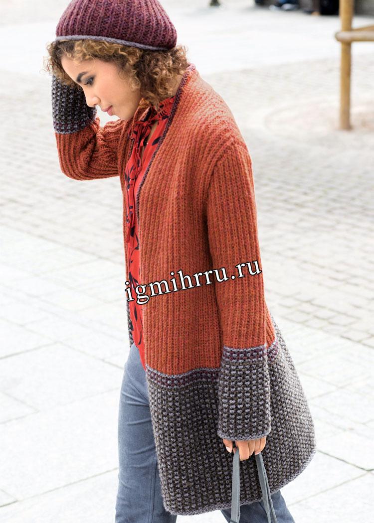Осенний комплект из теплого расклешенного пальто и шапочки с помпоном. Вязание спицами