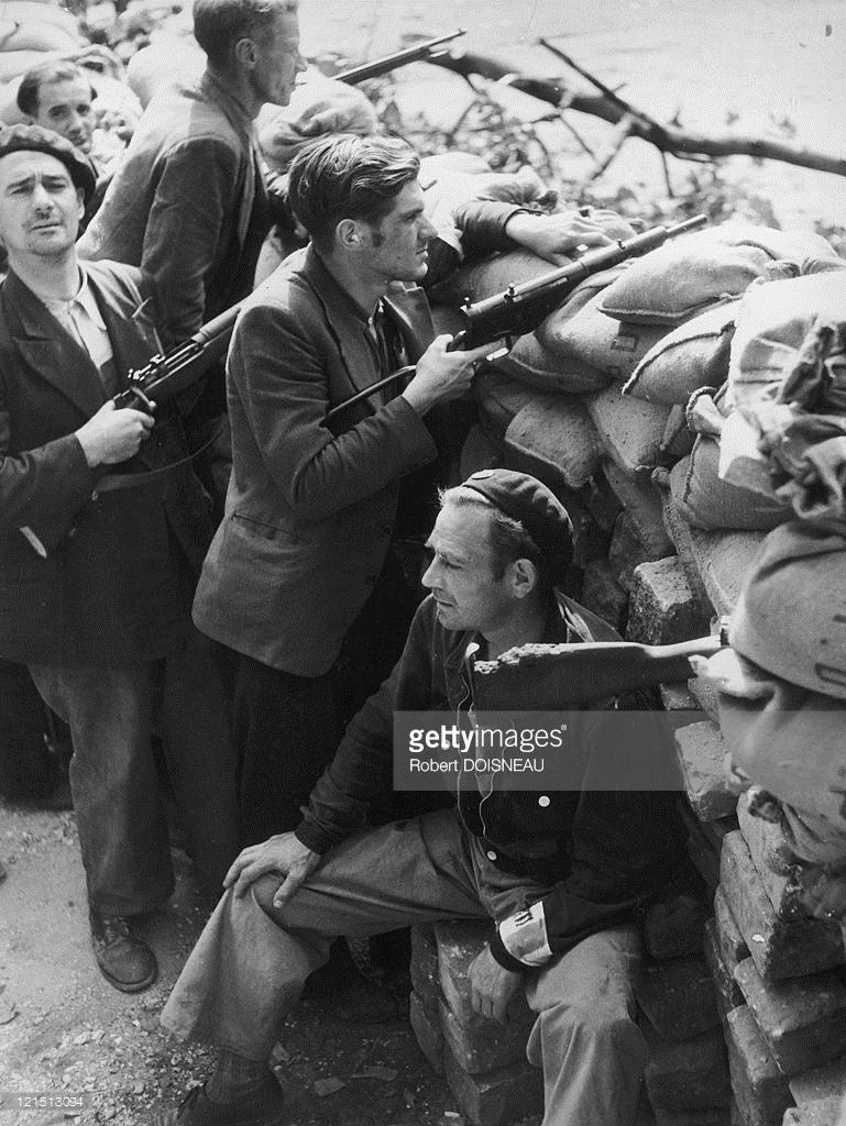 1944. Члены сопротивления на баррикадах в Париже