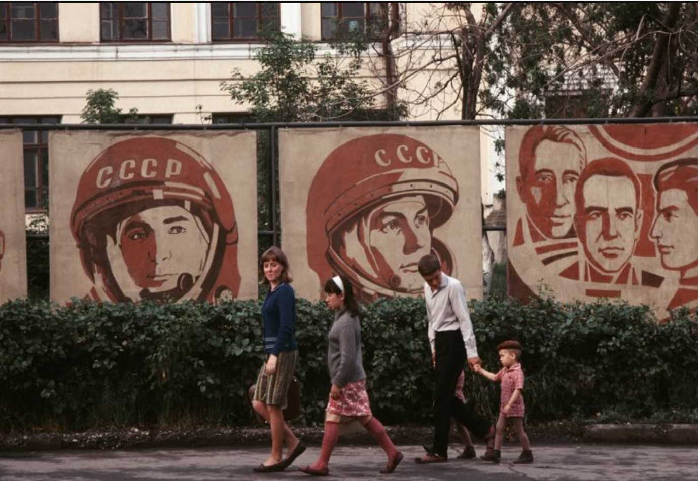Плакаты с советскими космонавтами