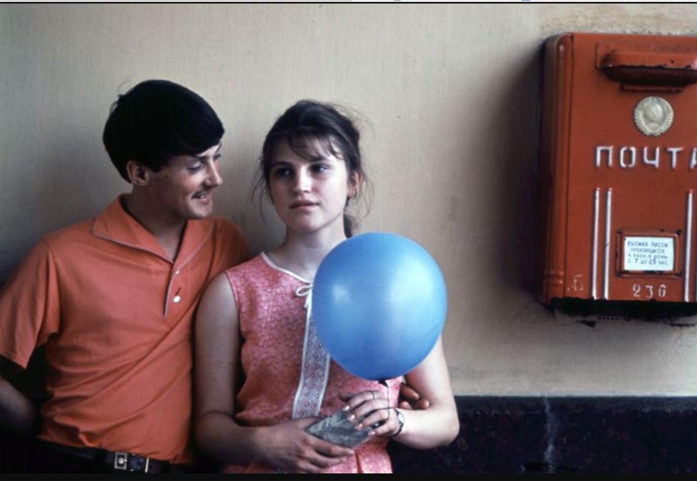 Молодая пара рядом с почтовым ящиком