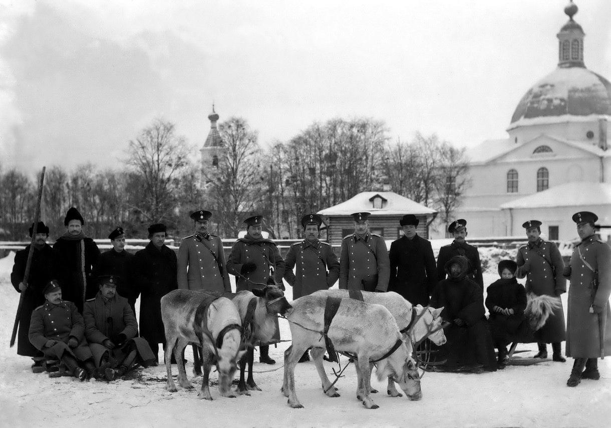 Околоточные надзиратели 1-й части города Архангельска с оленями на Благовещенской улице