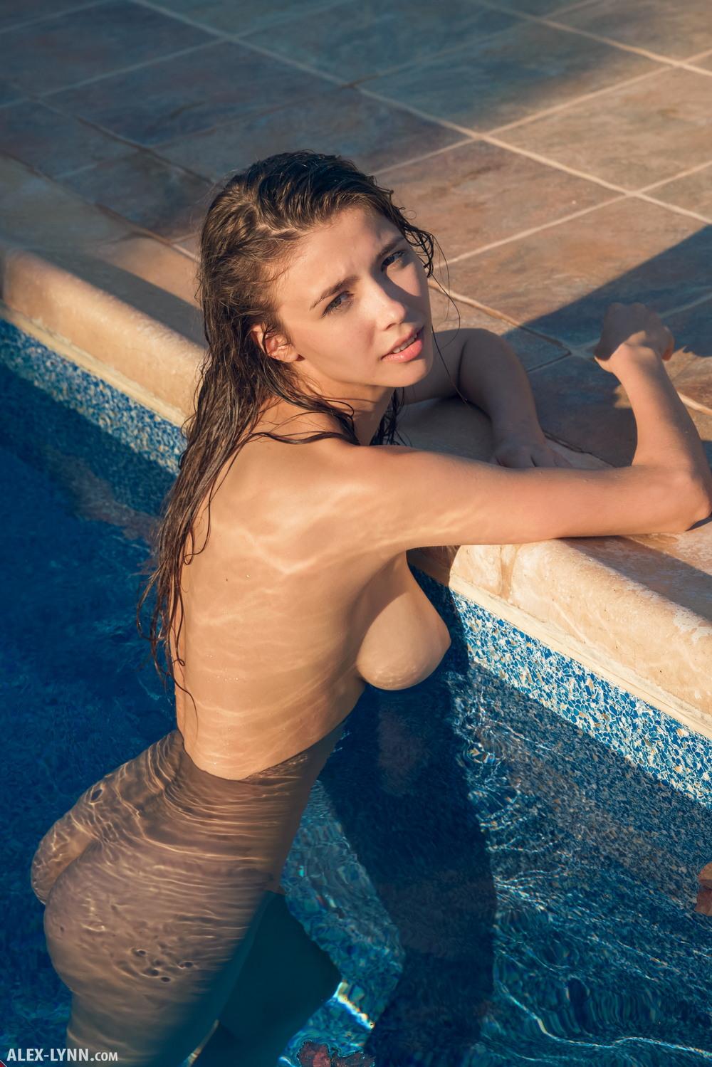 Обнаженная Mila Azul в бассейне