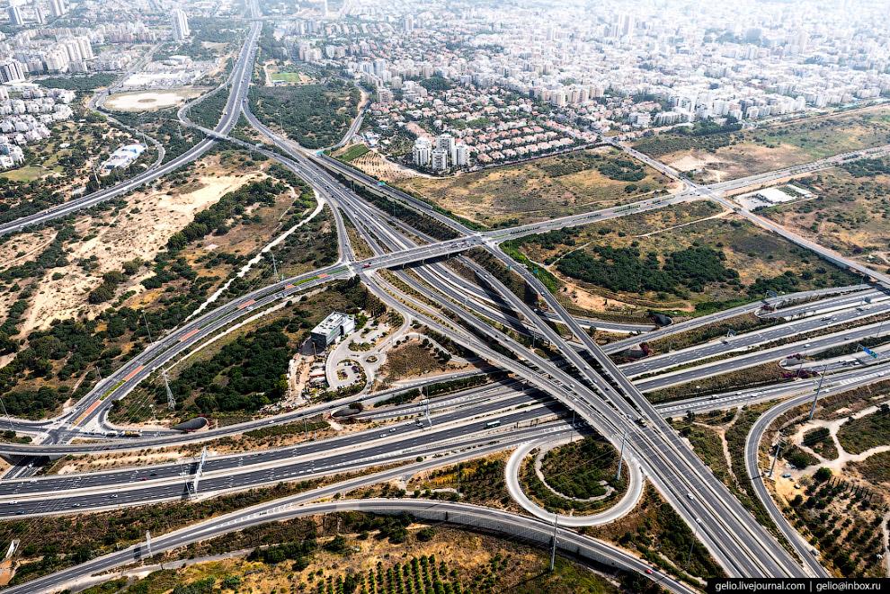 11. Главная автомагистраль Израиля — Шоссе №1 «Тель-Авив — Иерусалим», протяженностью почти 100 км.