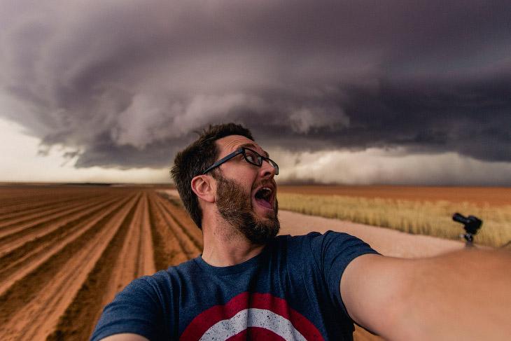 1. Радуга и молния во время бури в штате Аризона, 28 июля 2017. (Фото Mike Olbinski):