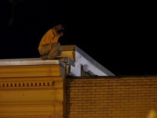 20 ноября поступило сообщение о том, что в Спрингфилде мужчина забрался на крышу дома и собирается с