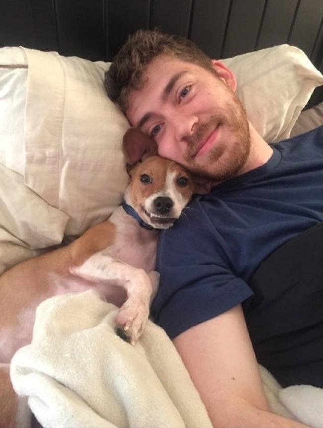 © HellaClassy/reddit      5. Этот пес непонимает, как его хозяина может обнимать