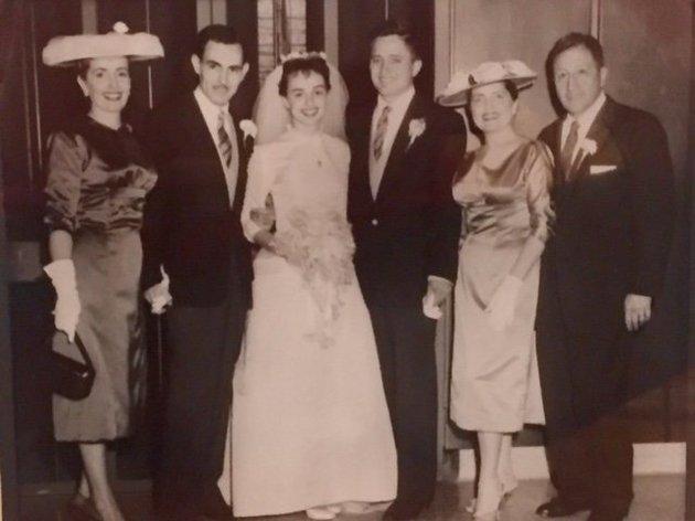 Анита и Пабло в день свадьбы в 1957 году с родителями.