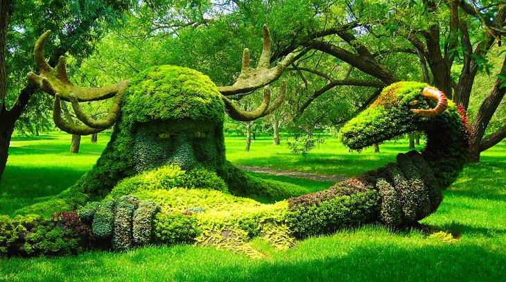 Фигурная стрижка деревьев и кустарников, придание растениям различной формы, например животных, архи