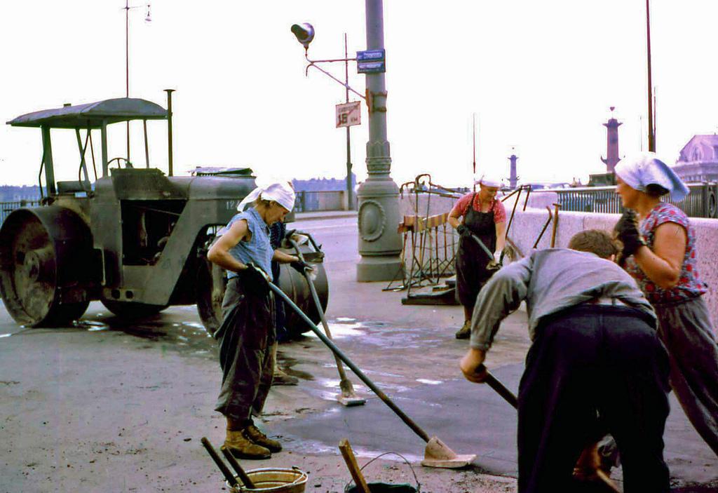 15. Женский труд все еще был диковинкой на Западе. Этот снимок асфальтирующих дорогу женщин был еще