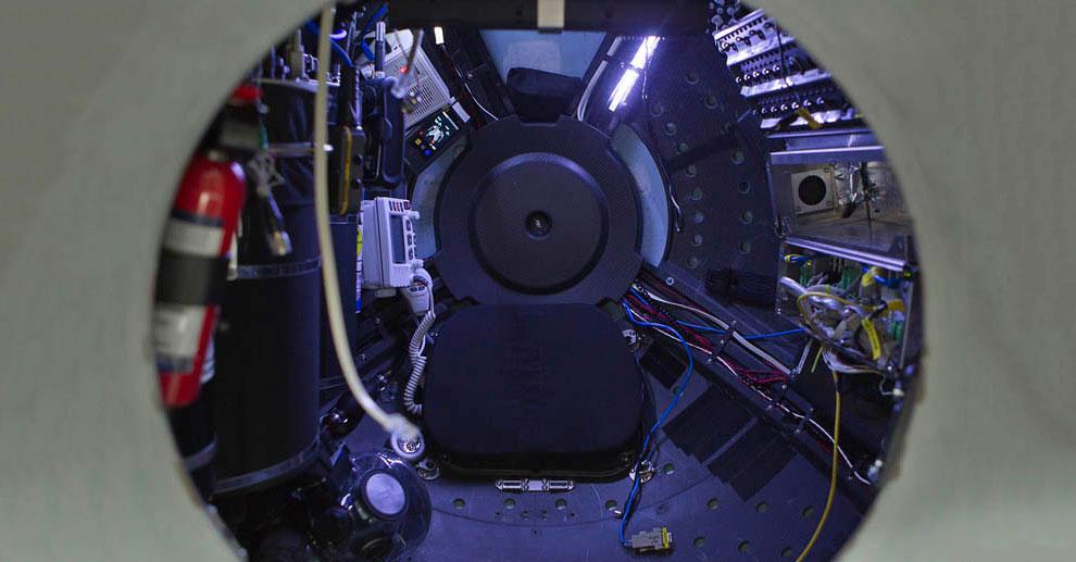На фотографии, слева от режиссера виден люк, закрывающий сферу: