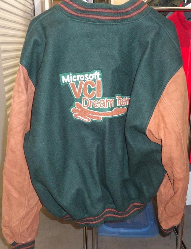 В 1980-е и 1990-е году одежду выпускали и другие ИТ-корпорации: например, Microsoft, IBM, Intel и HP