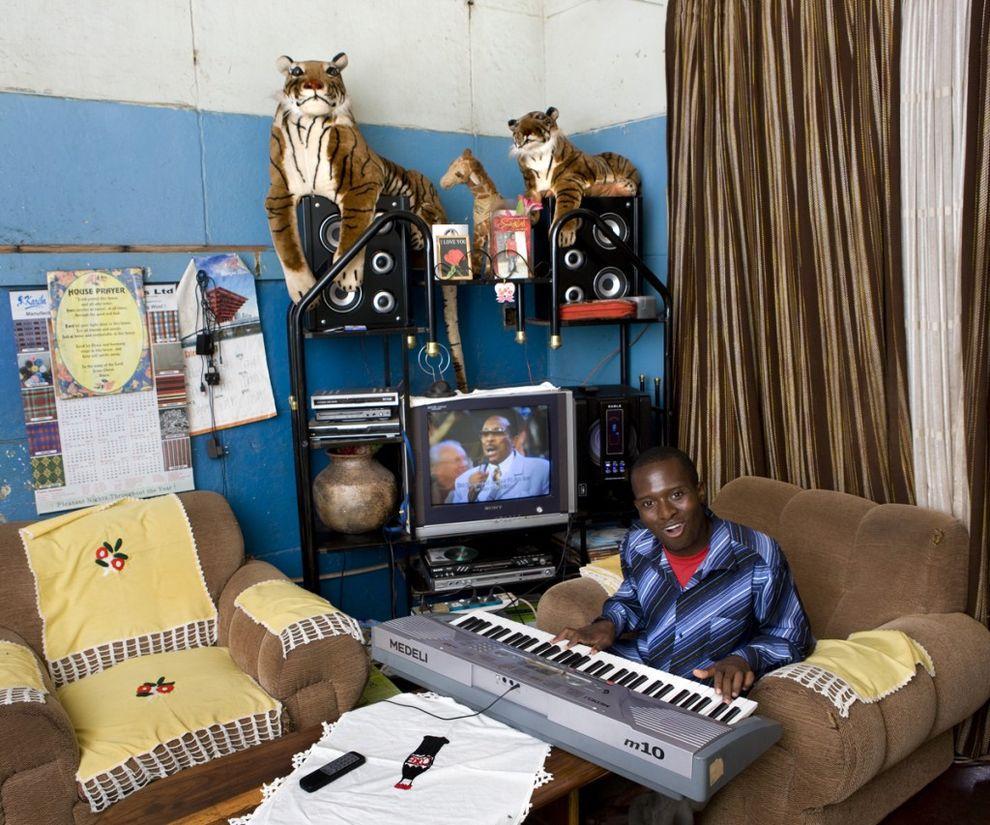 1. Кенияс Хичааба, 23 года, Маун, Ботсвана   23-летний Кенияс живет в небольшом доме на две ком