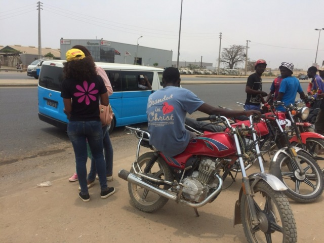 Водители мототакси ждут пассажиров маршруток