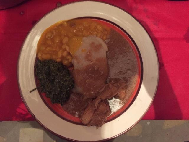 Фунж с фасолью в пальмовом масле, курицей в арахисовом соусе и кизакой   Еще одно традиционное