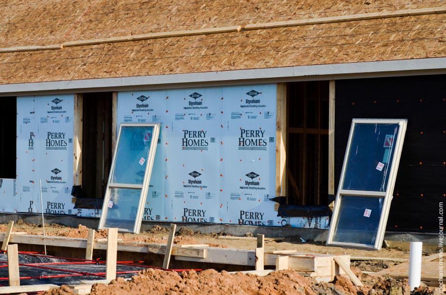 52. Затем вставляются окна. Внешняя часть дома обшивается дополнительными шумоизоляционными и утепля