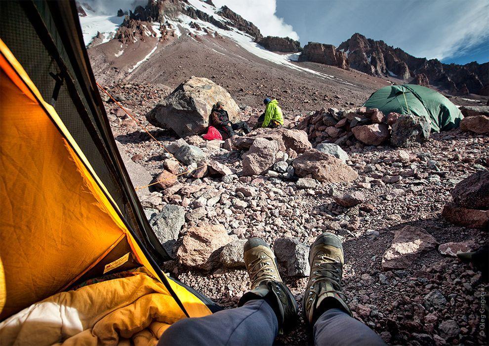 11. На высоте 3500м и больше кушать совсем не хочется. Одно желание — лежать, вытянув ноги, хотя бы
