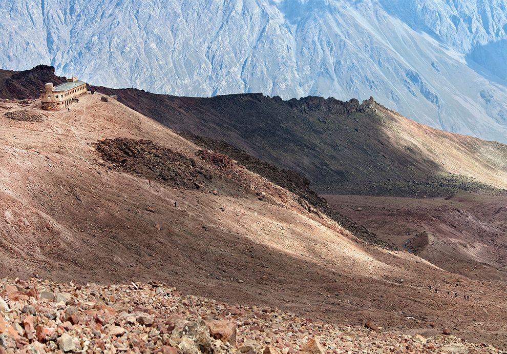 41. Метеостанция «Бетлеми» является убежищем для альпинистов. Ежегодно она принимает не только тысяч