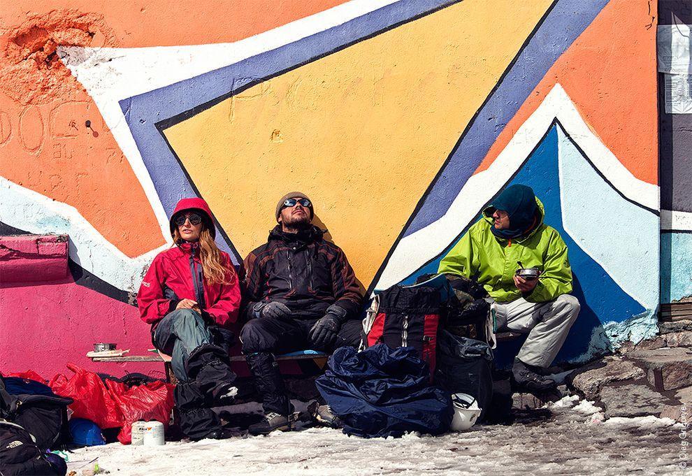 54. Отдыхаем и пьем чай на Казбекской метеостанции.