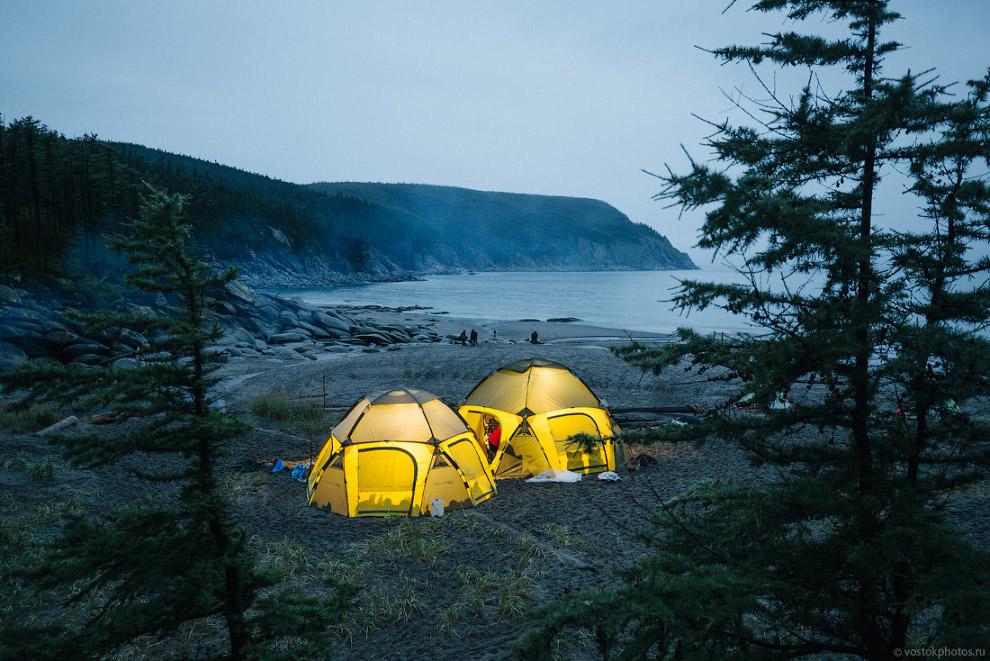 6. Весь следующий день мы ходили в густом, словно молоко, тумане по берегу, любовались суровой приро