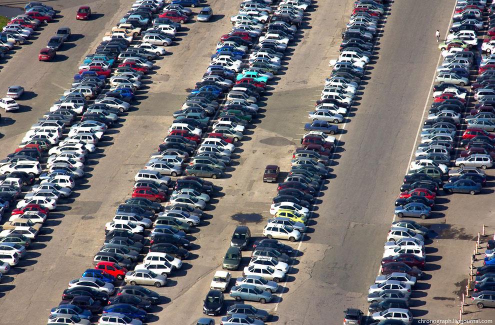 Площадки для товарных автомобилей заполнены наполовину. Автомобили продаются быстро, что, по словам
