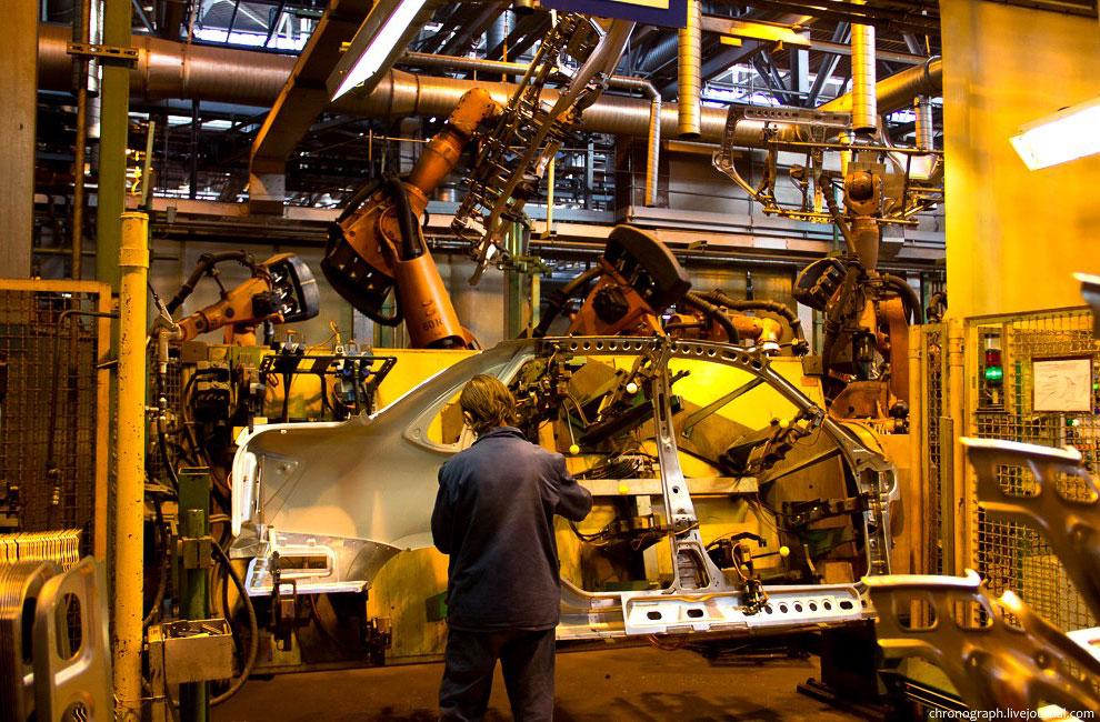 В цехе сконцентрировано около 350 сварочных роботов:
