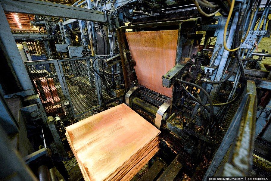 Из черновой меди и вторичного медьсодержащего сырья предприятие производит драгоценные металлы . Нап