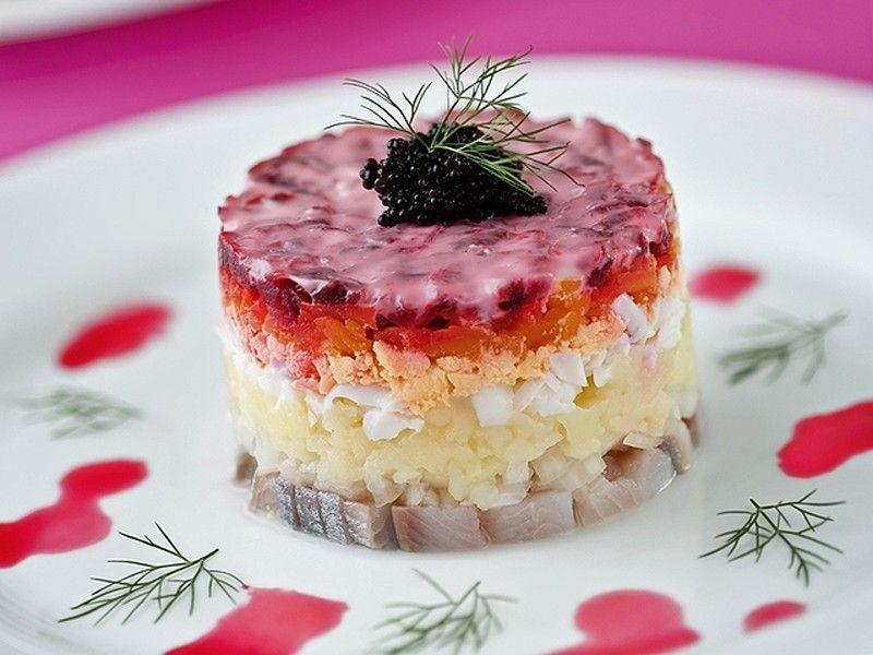 Селедка под шубой   Представьте себе слоеный пирог из соленой селедки, вареных овощей, покрытый