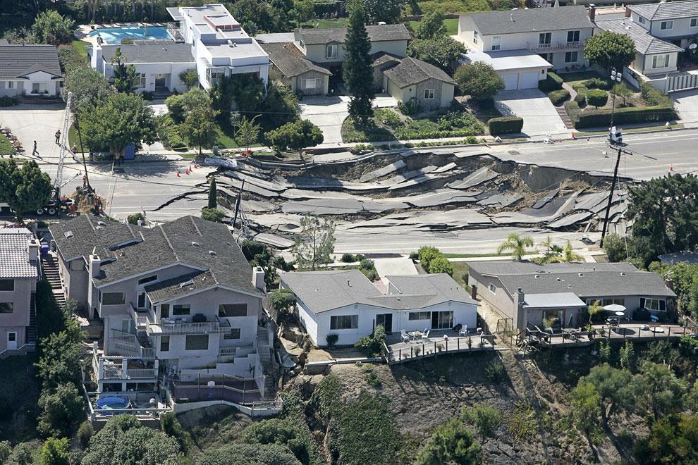 10. 19 июня 2001 во французской коммуне Сен-Сольв в 5-метровую, непонятно откуда взявшуюся дыру упал