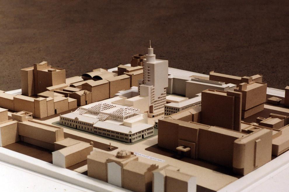 23. На стадии эскизного проектирования здание предполагалось сделать асимметричным. Однако, когда на