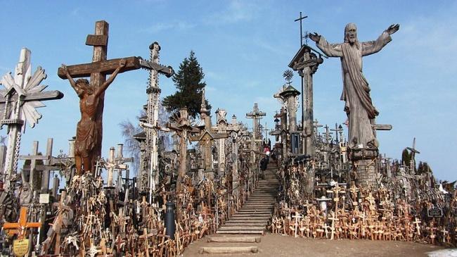 Святыня не является кладбищем, но там появляются все новые и новые кресты, так как существует поверь