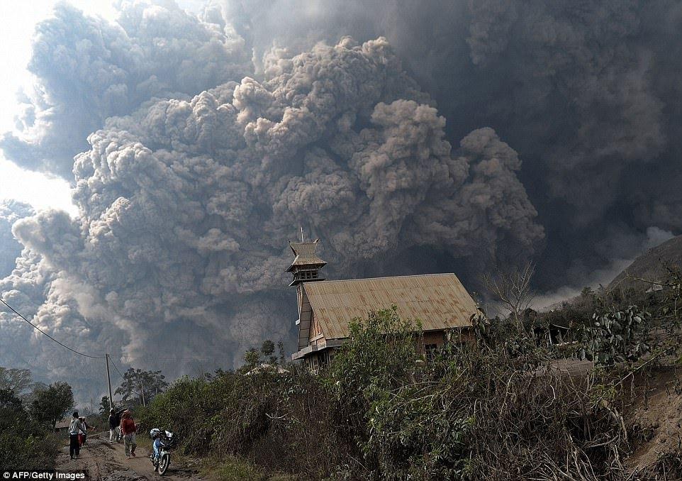 Лентикулярное облако над вулканом Попокатепетль в Мексике.
