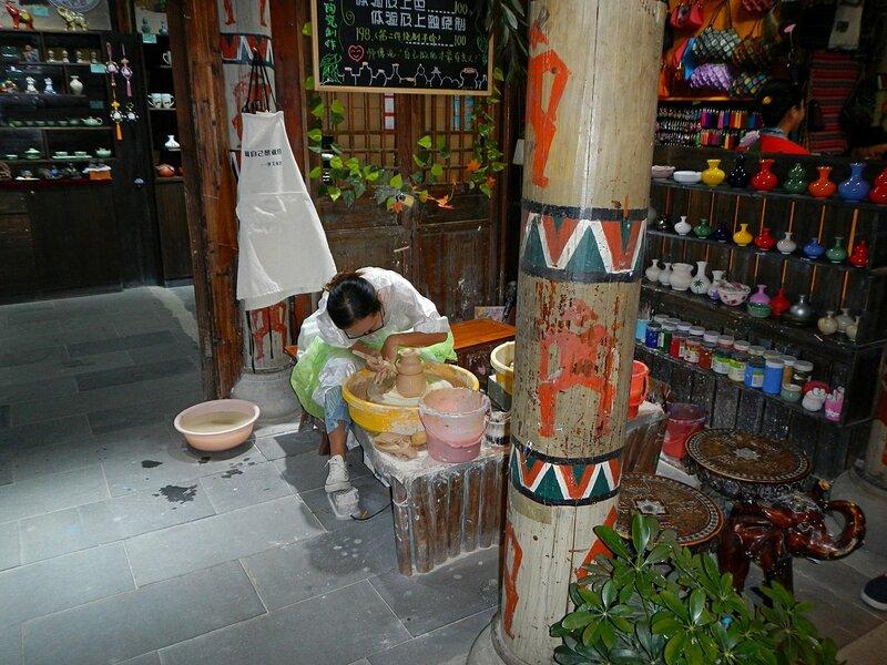 гончар-ремесленник в Romance park (город Санья, остров Хайнань, Китай)