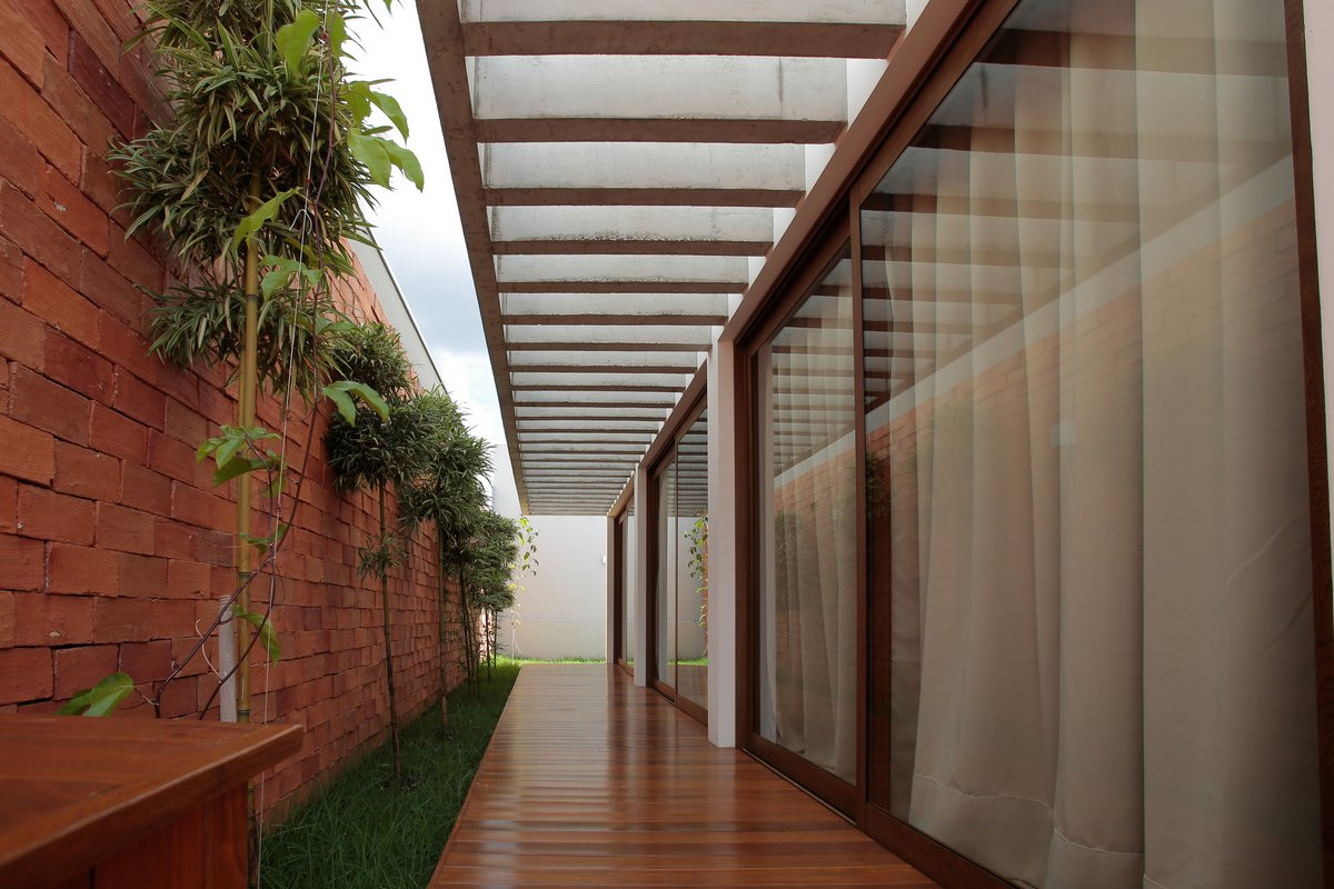 Дом с бассейном на внутреннем дворе