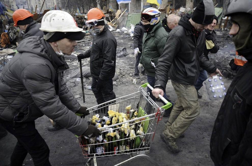 Протестующие везут коктейли Молотова в тележке из супермаркета, 20 февраля 2014.jpg