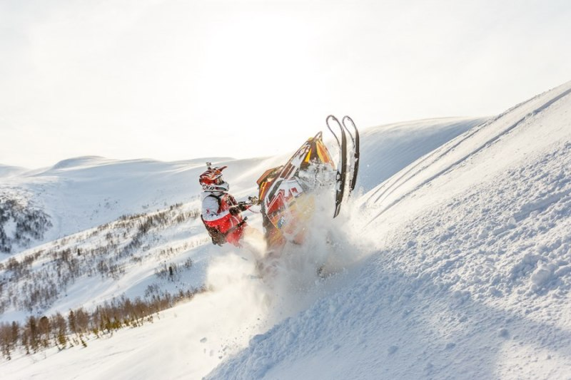 Управление снегоходом при подъеме в гору