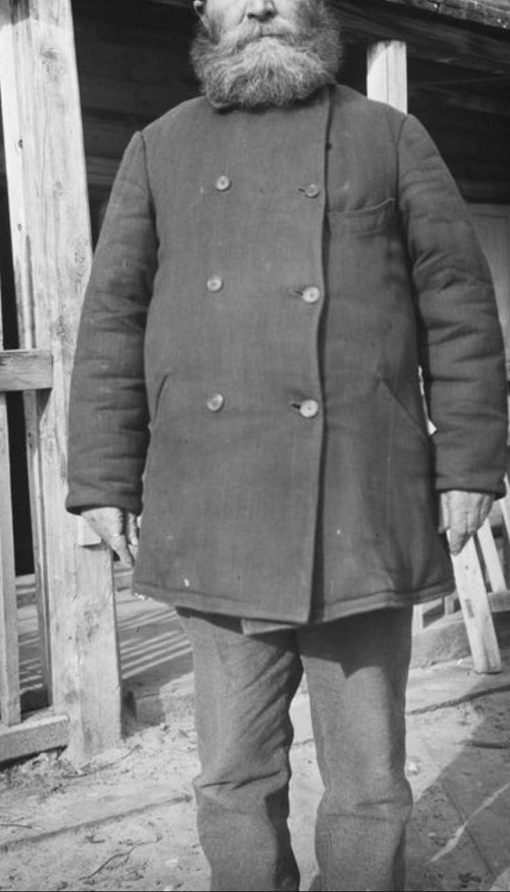Бородатый мужчина в пальто