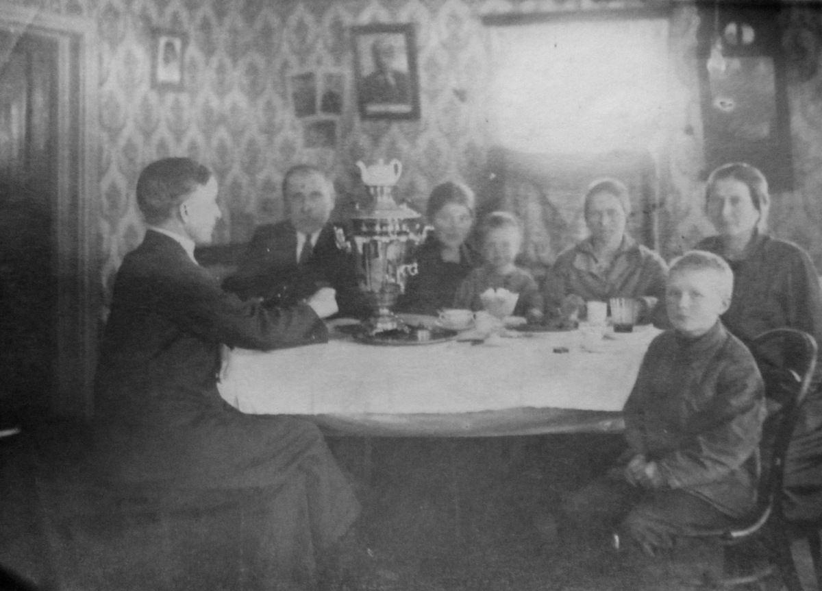 1935. У самовара