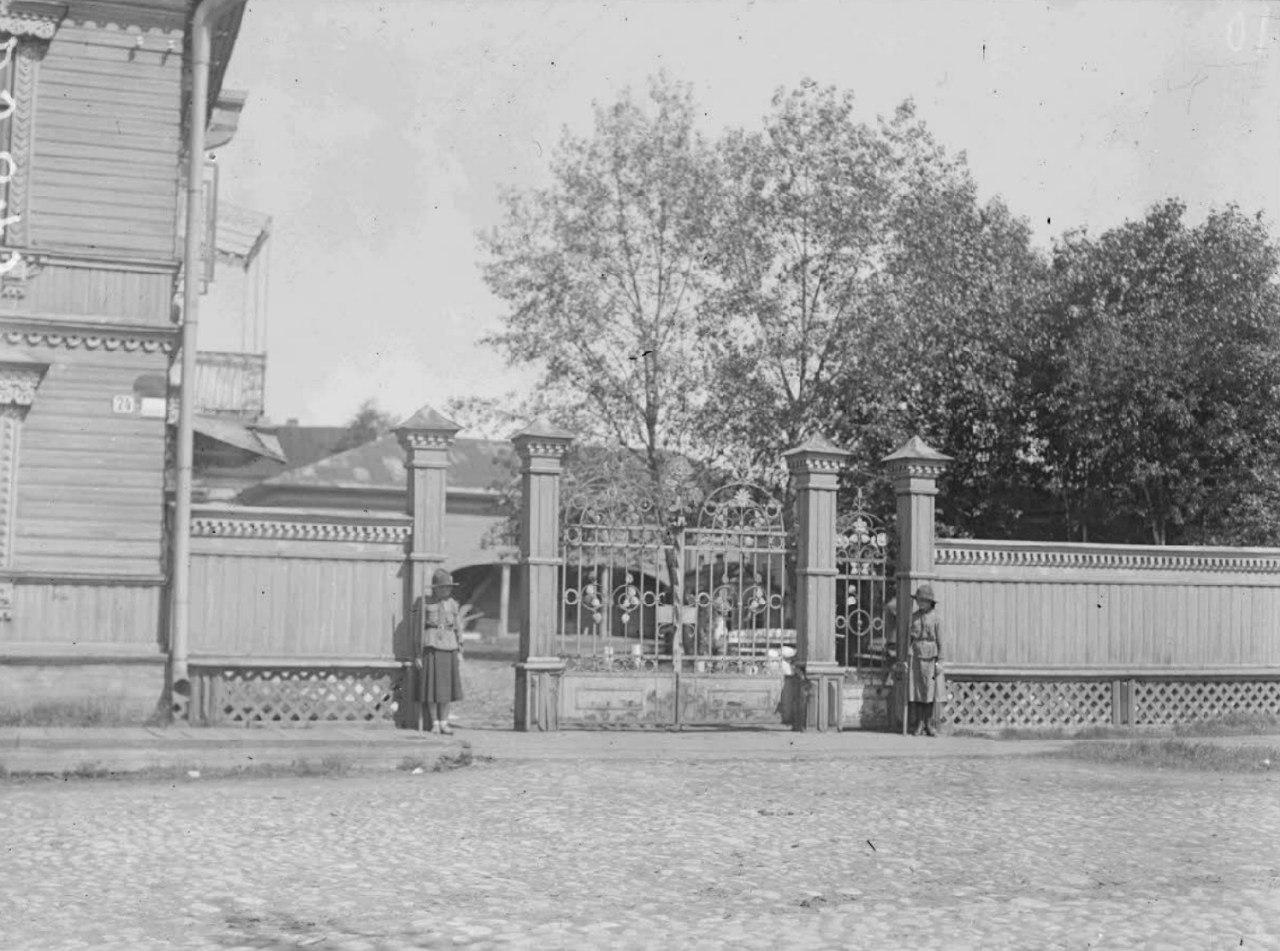 Школа на пересечении Псковского проспекта и улицы Соборной